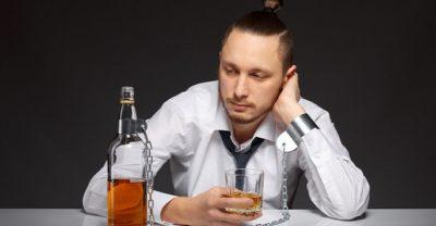 Мужчина с алкогольным напитком